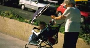 Proponen apoyo económico para abuelas que cuiden a nietos en casa