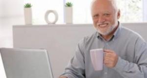 Fingir sonrisas mientras trabajas puede llevarte a beber más alcohol, según estudio